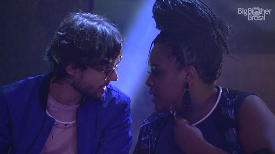 Roberta e Pedro falam mal de Emilly na festa 4 Estações - Reprodução/TV Globo