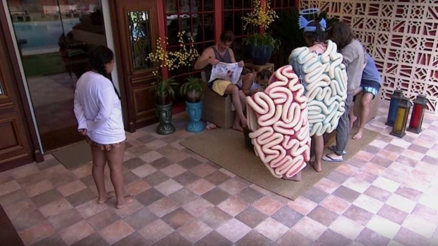 Marcos socorre Ieda depois de queda - Reprodução/TVGlobo