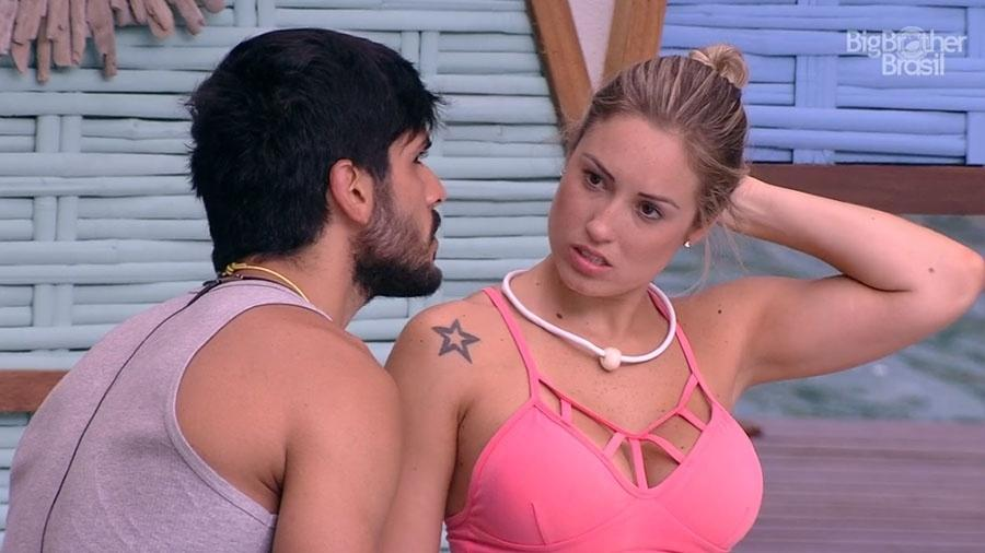 Lucas conversa com Jéssica na área externa da casa - Reprodução/GloboPlay