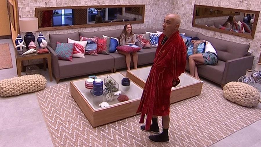 Ayrton se surpreende ao saber que a filha acordou cedo - Reprodução/GloboPlay