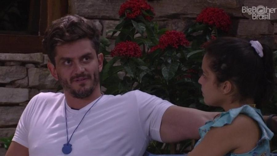 """Marcos e Emilly conversam na área externa do """"BBB17"""" - Reprodução/TV Globo"""