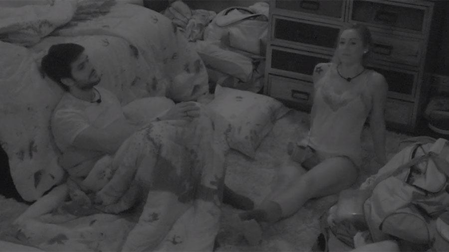 Lucas e Jéssica conversam sobre o paredão durante a madrugada - Reprodução/GloboPlay