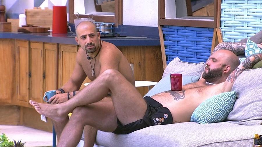 Kaysar e Caruso conversam sobre o paredão na área externa da casa - Reprodução/GloboPlay