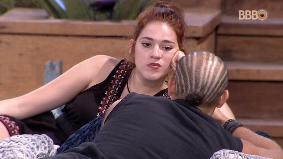 Ana Clara e Kaysar conversam na área externa da casa - Reprodução/Globoplay