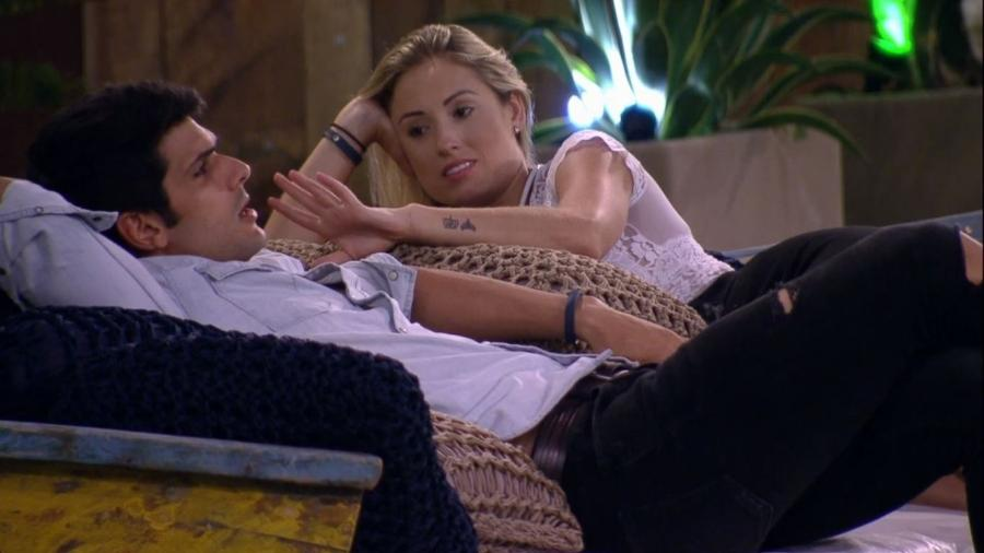 Jéssica e Lucas conversam no gramado da casa - Reprodução/Gshow