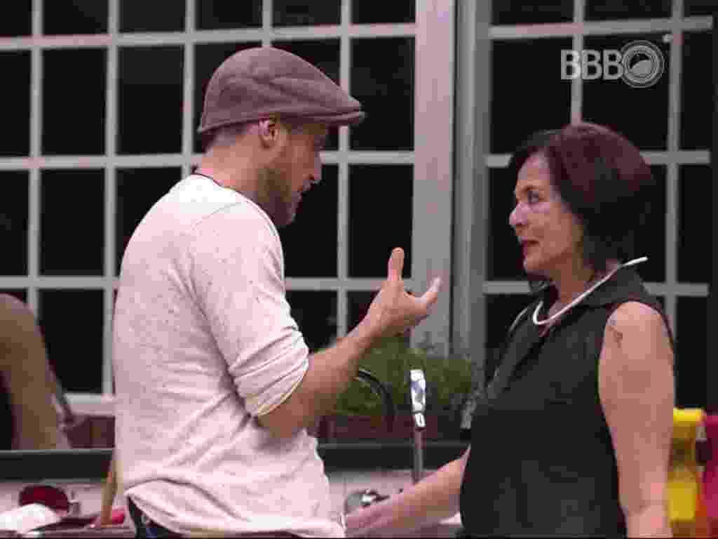 """25.jan.2016 - Daniel tenta explicar para Harumi o motivo de ter votado nela. """"Dentro da casa, a pessoa que eu menos me aproximei foi você"""". - Reprodução/TV Globo"""