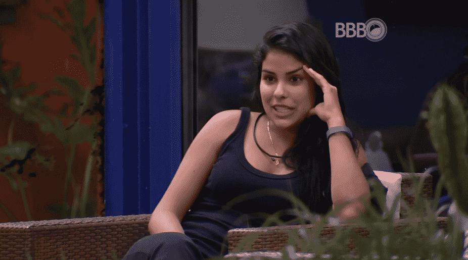 """26.mar.2016 - Munik conta sobre antigos relacionamentos para Geralda, no """"BBB16"""" - Reprodução/TV Globo"""