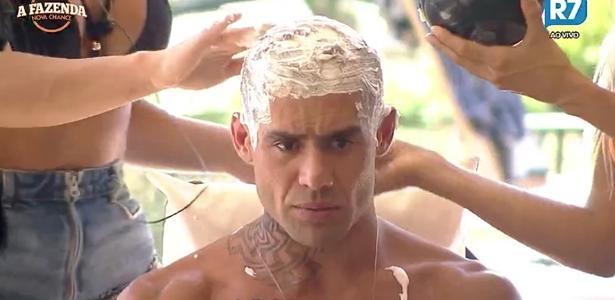 """Yuri Fernandes descolore o cabelo em """"A Fazenda 9"""""""