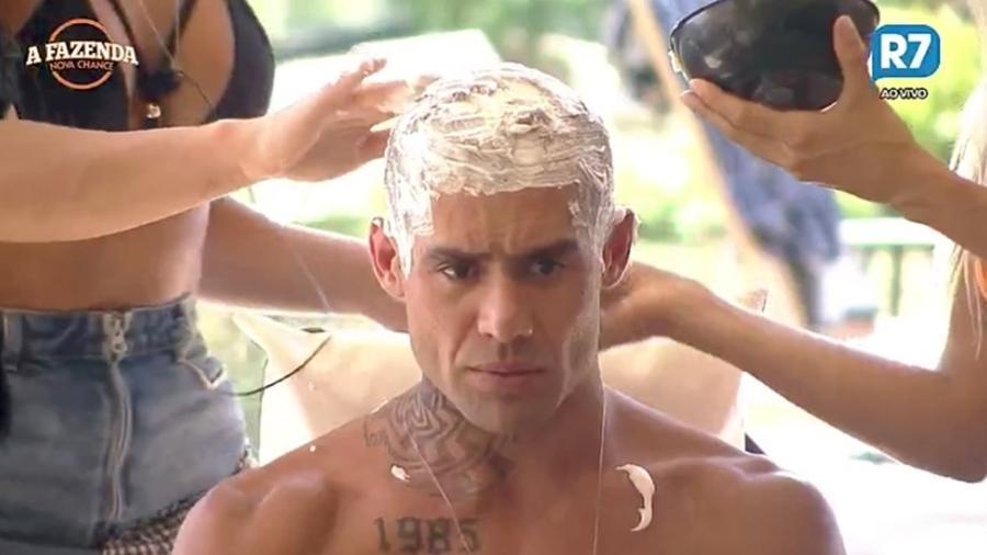 """Yuri Fernandes descolore o cabelo em """"A Fazenda 9"""" - Reprodução/R7"""