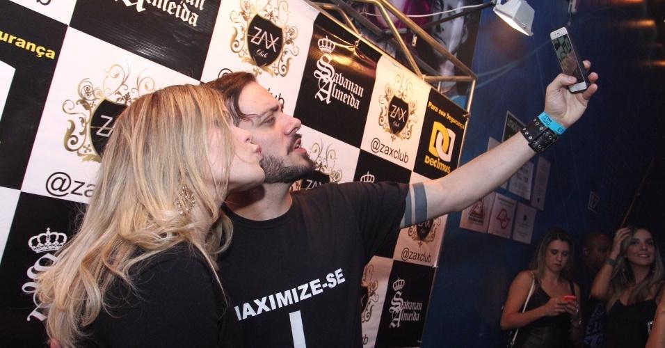 6.abr.2016 - Paula e Max tiram selfie antes de entrarem na festa