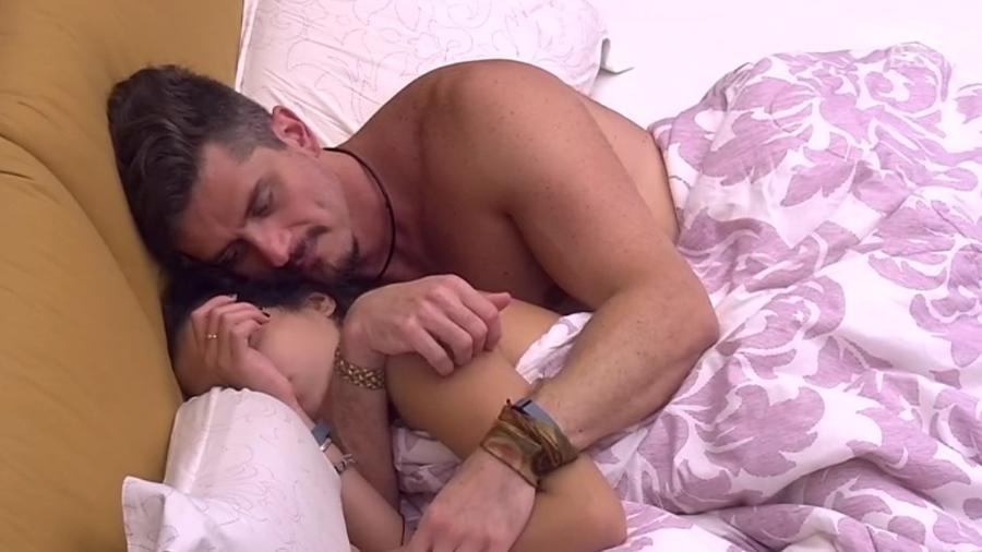 Marcos leva bronca da produção ao tentar namorar sem microfone  - Reprodução/TVGlobo