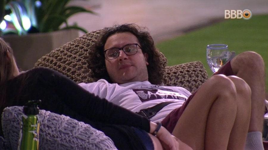 Diego conversa com Ana Paula e Patrícia na área externa da casa - Reprodução/GloboPlay