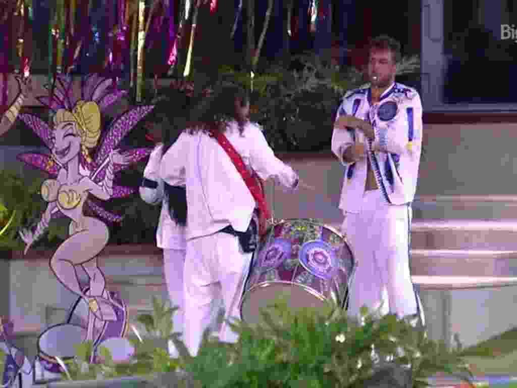 7.fev.2016 - Tamiel reclama de castigo do monstro - Reprodução/TV Globo