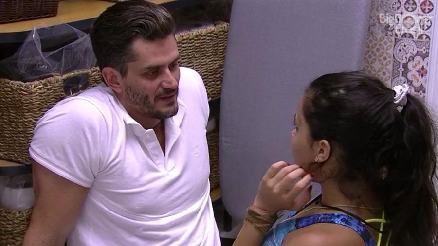 Marcos reclama de Ilmar para Emilly - Reprodução/TV Globo