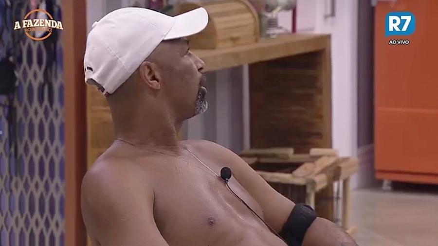 Conrado tenta acalmar Dinei após peão bater com Marcos Harter - Reprodução/R7