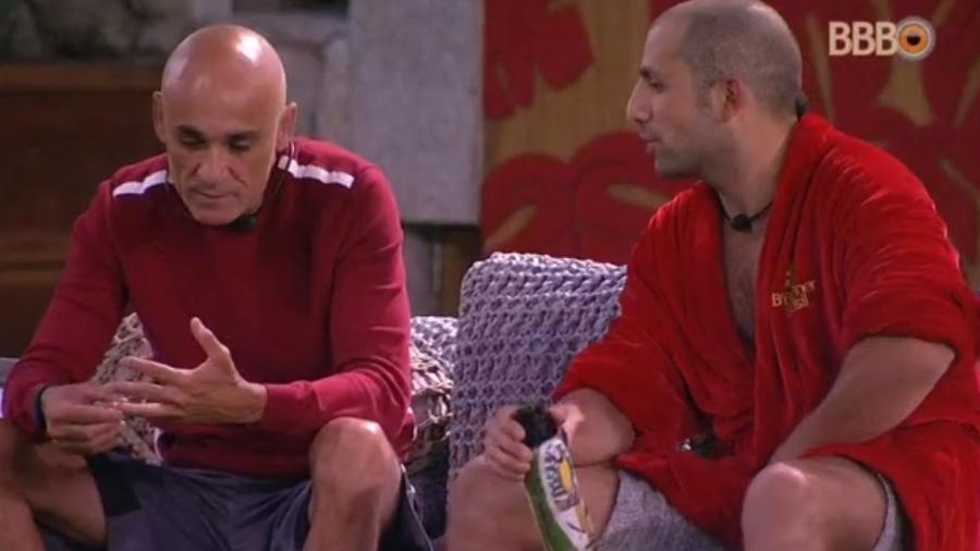 Kaysar conversa com Ayrton dentro do confinamento - Reprodução/Globoplay