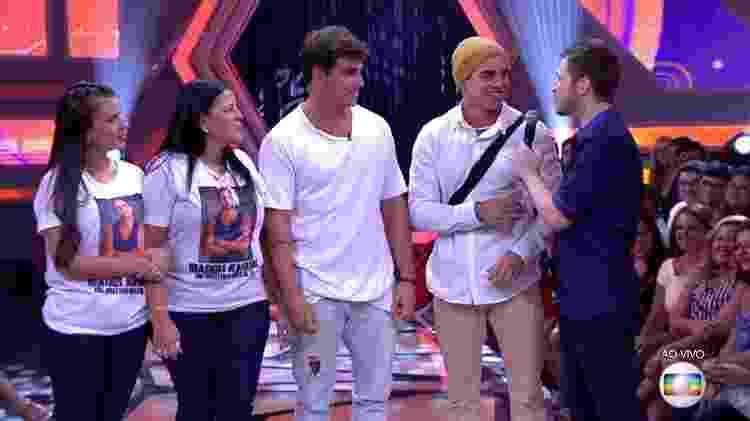 Família recebe Manoel do lado da casa - Reprodução/TV Globo - Reprodução/TV Globo
