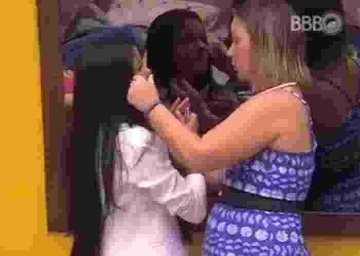 """24.jan.2016 - Munik chora para Cacau e diz: """"Vou pro paredão por sacanagem, por uma pessoa que tá manipulando todo mundo"""" - Reprodução/TV Globo"""