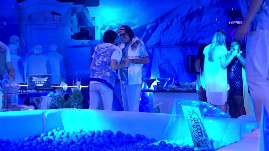 Ilmar e Pedro acham que Marcos vai ficar com Emilly na festa desta sexta - Reprodução/TV Globo
