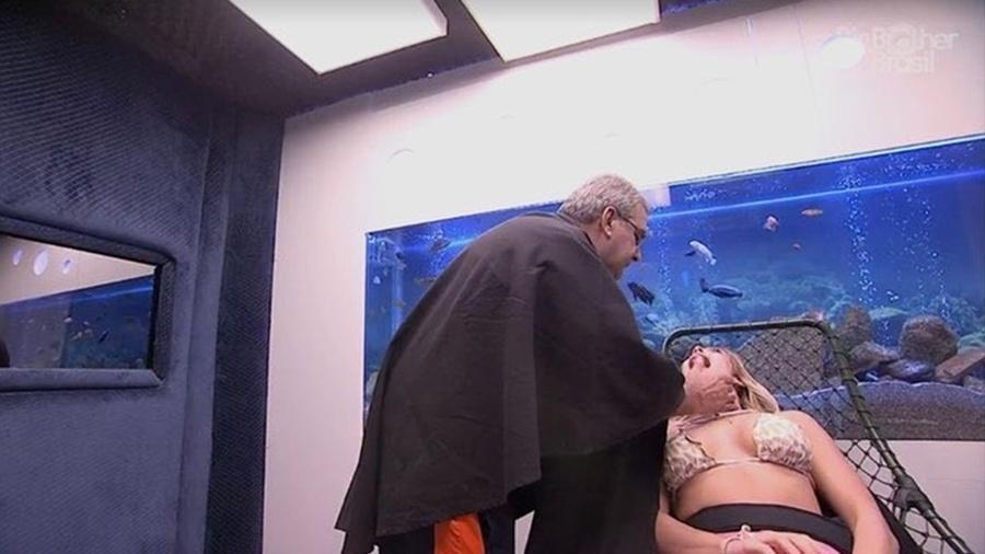 Jaqueline recebe atendimento médico no confessionário  - Reprodução/GlobosatPlay