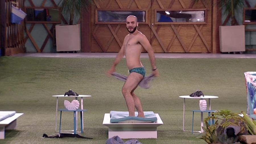 Mahmoud faz striptease - Reprodução/Globoplay