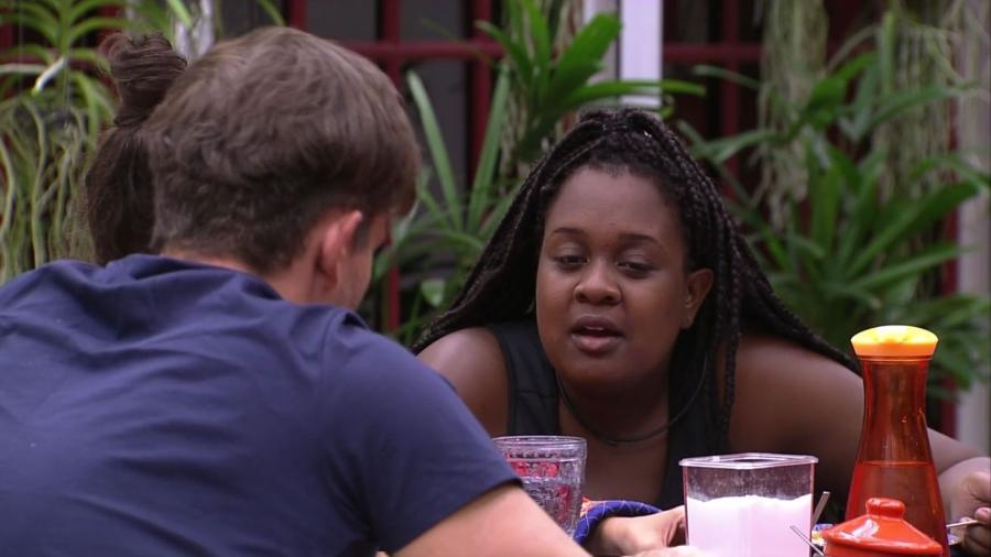 Roberta reclama de Daniel para Marcos e Emilly - Reprodução/TV Globo