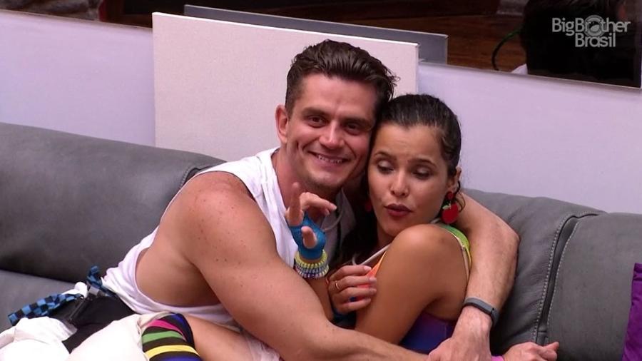 Marcos tentou ficar com Emilly durante festa desta sexta (3) - Reprodução/TV Globo
