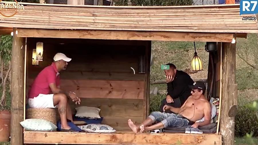 Dinei conversa com os peões Conrado e Nahim - Reprodução / Record TV