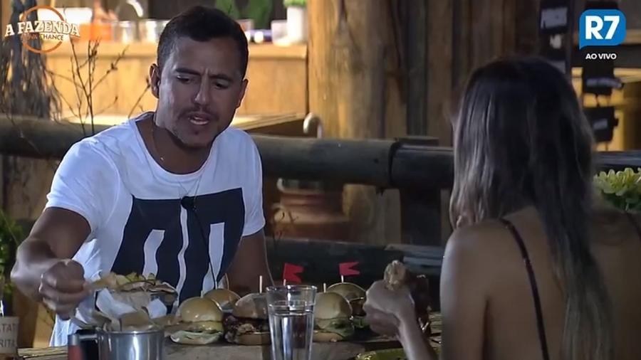Matheus e Flávia durante jantar especial - Reprodução/R7