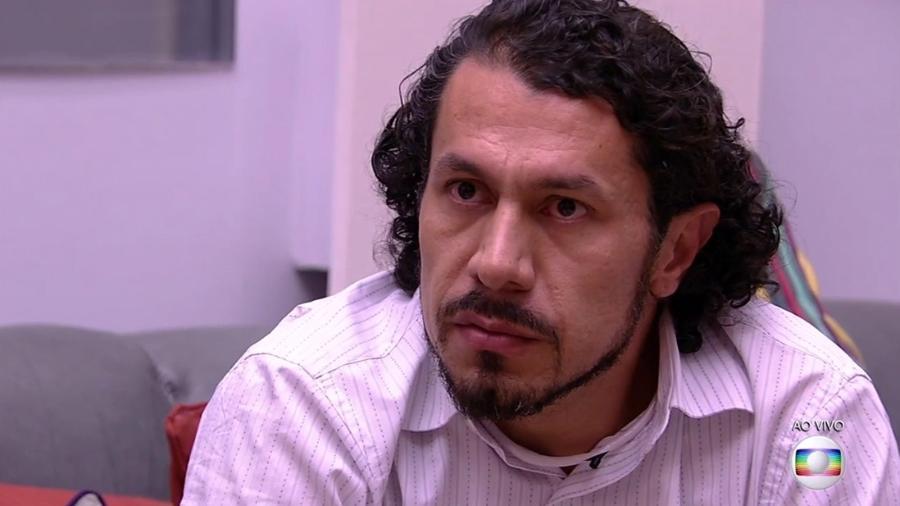 Rômulo ouve Tiago Leifert anunciar resultado do oitavo paredão - Reprodução/TV Globo