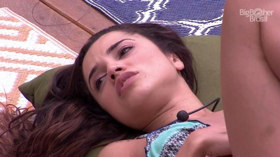 Paula conversa com Viegas na área externa da casa  - Reprodução/GloboPlay