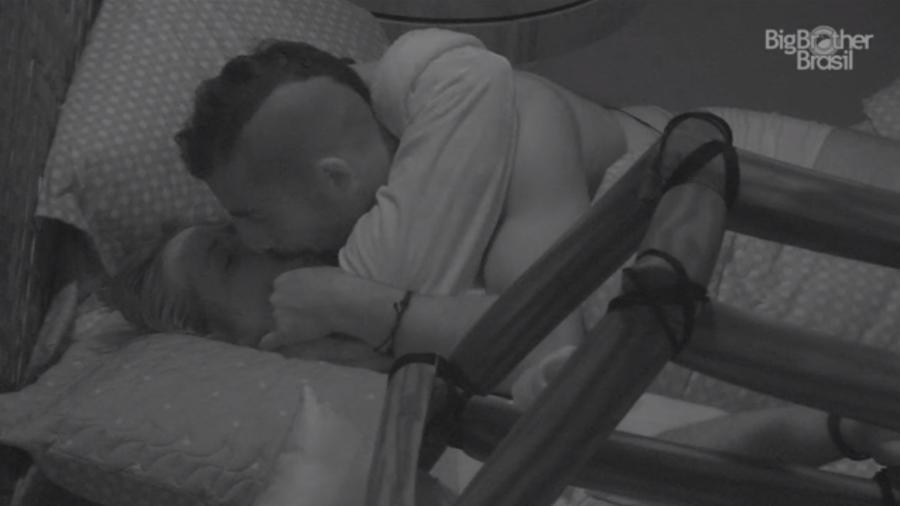 Kaysar e Patrícia se beijam no quarto do líder - Reprodução/Globoplay