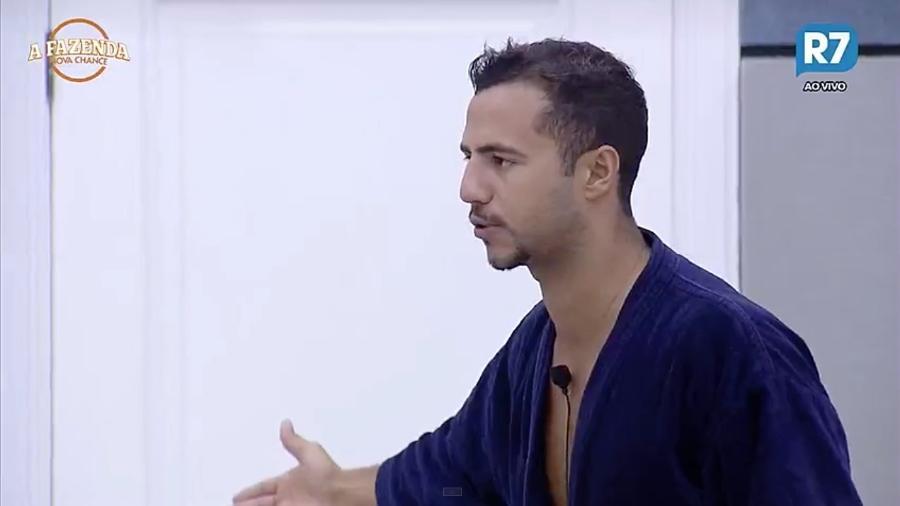 Matheus Lisboa reclama de cara emburrada de Rita Cadillac - Reprodução/R7