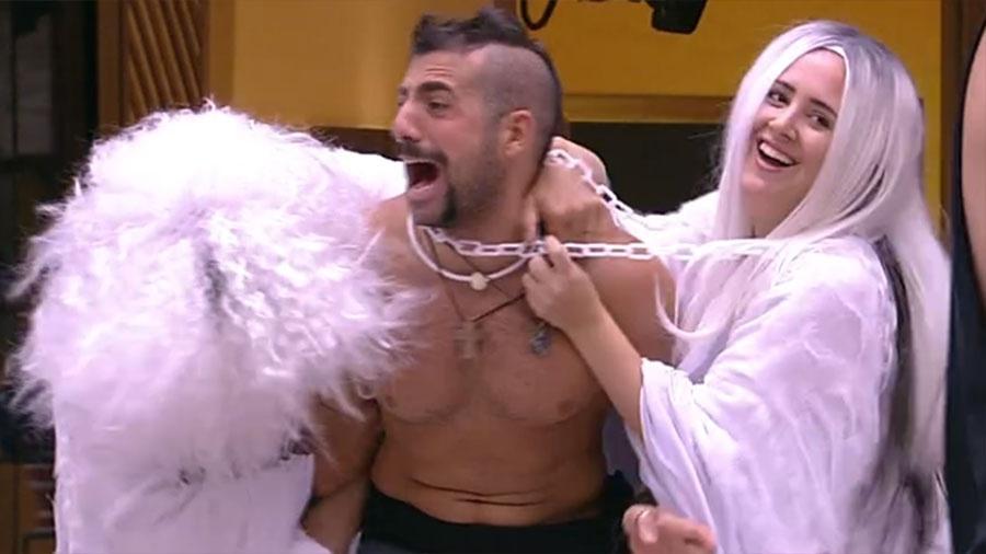 Ayrton e Patrícia cumprem o castigo do monstro - Reprodução/GloboPlay