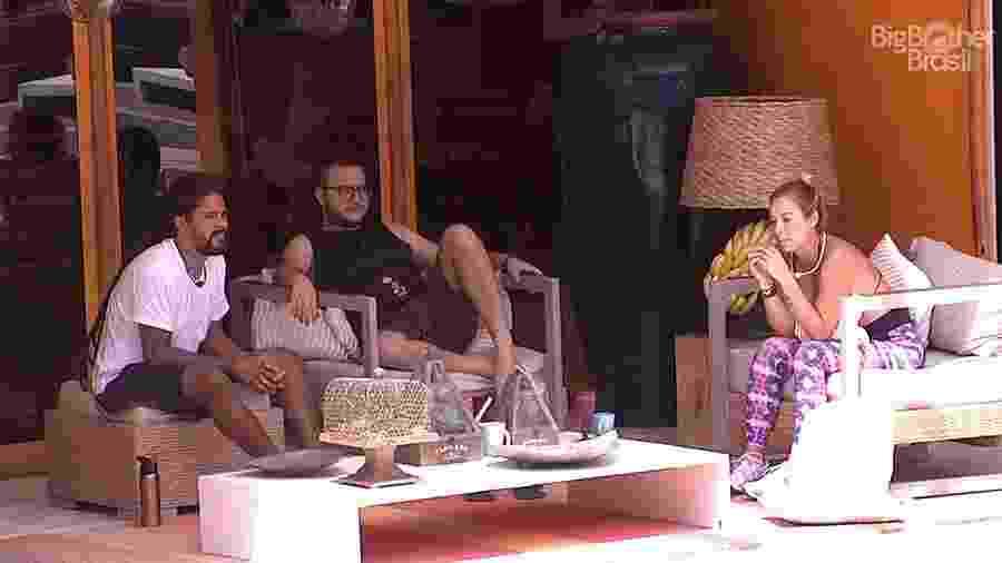 """Viegas, Diego e Jéssica conversam na área externa da casa do """"BBB18"""" - Reprodução/GloboPlay"""