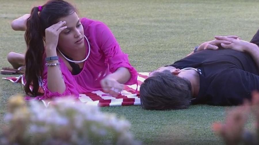 Emilly e Marcos conversam no gramado da casa - Reprodução/TVGlobo