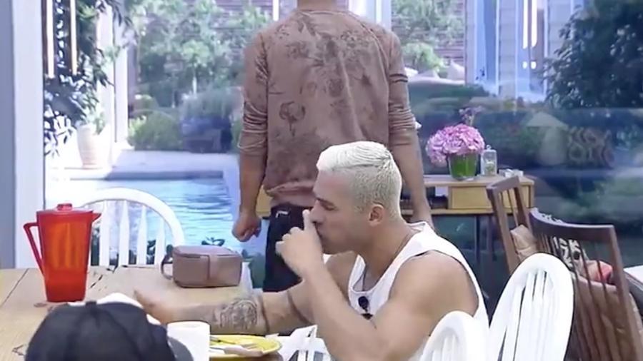 Yuri e Matheus se incomodam com cueca de Marcos na mesa da cozinha - Reprodução/R7