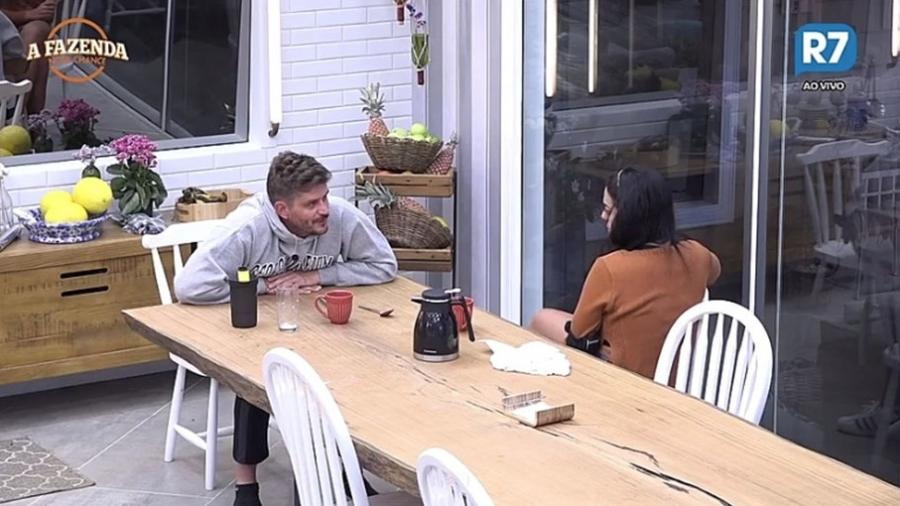 Marcos e Monique conversam na cozinha da sede - Reprodução/R7