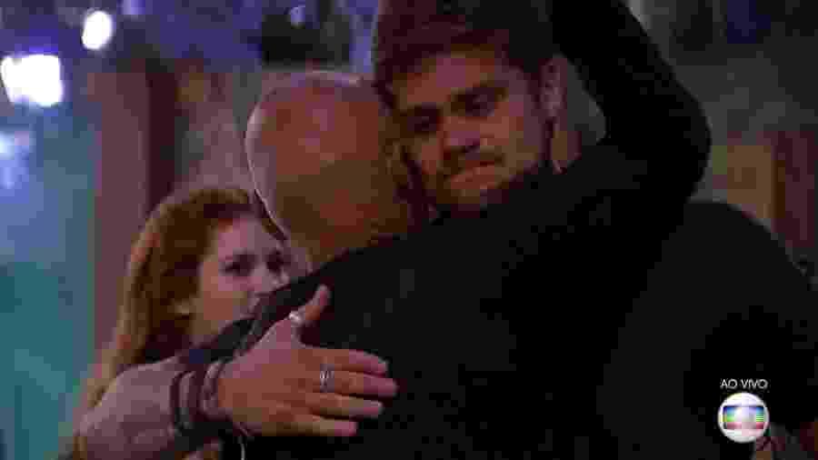 Breno abraça Ayrton após vencer décima segunda prova do líder - Reprodução/TvGlobo