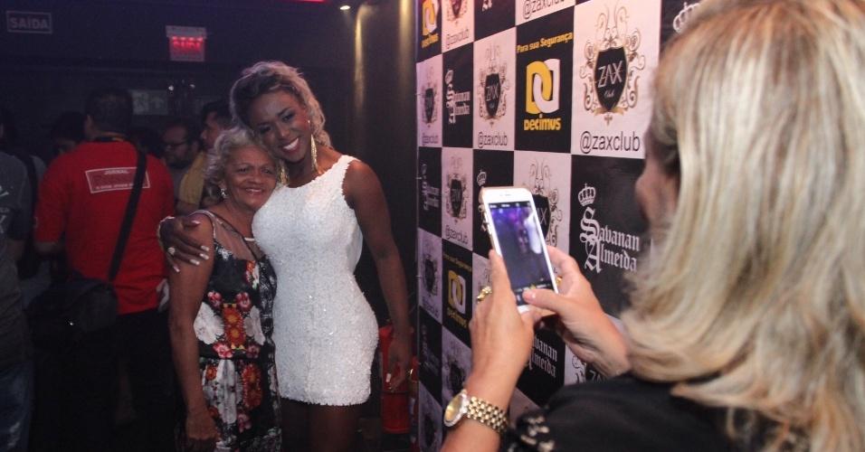 6.abr.2016 - Adélia tira fotos durante a festa de comemoração do