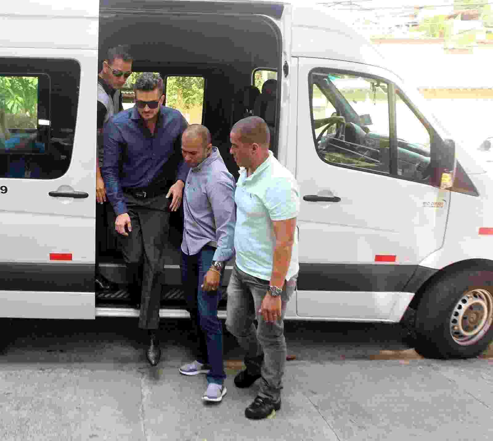 Marcos chega para depor em delegacia da mulher de Jacarepaguá, no Rio de Janeiro - Marcello Sá Barreto/AgNews