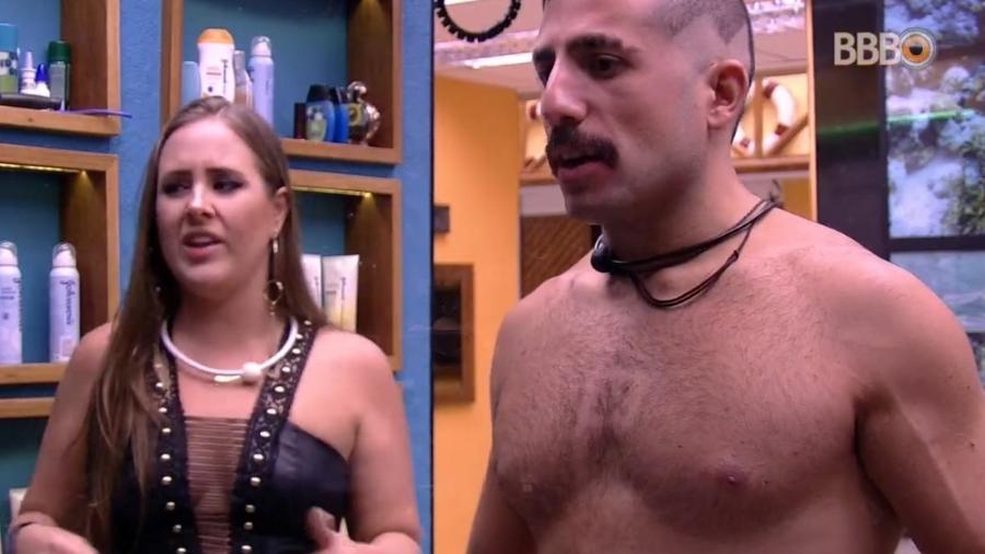 Patrícia raspa pelos do peito de Kaysar - Reprodução/Globoplay