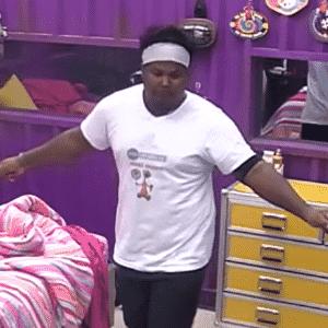 """9.mar.2016 - Ronan dança """"Bang"""" de Anitta sozinho no quarto roxo do """"BBB16"""" - Reprodução/TV Globo"""