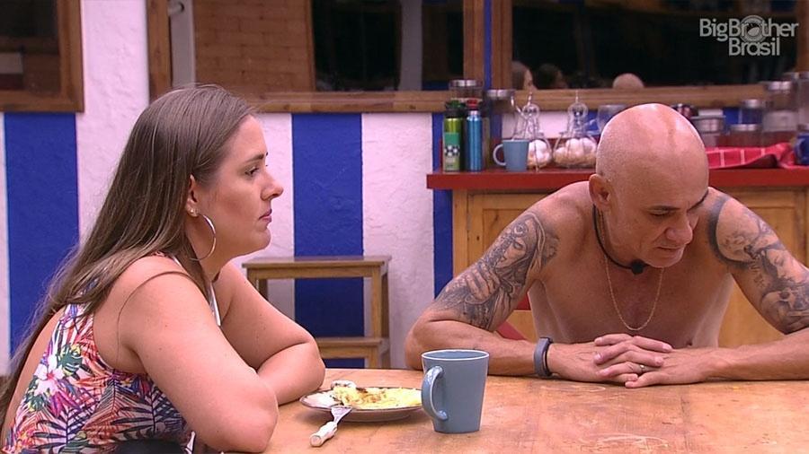 """Patrícia e Ayrton conversam na cozinha do """"BBB18"""" - Reprodução/GloboPlay"""