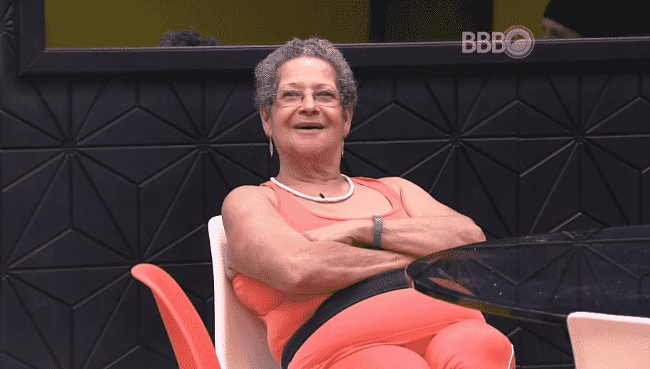 """21.fev.2016 - Geralda conta para Matheus que seu chinelo está escondido e dá bronca no brother: """"Chinelo é no pé ou guardado no quarto, não jogado para os outros tropeçarem"""". Matheus pergunta quem foi e brinca: """"Eu vou ter que mandar a pessoa para o paredão agora"""" - Reprodução/TV Globo"""