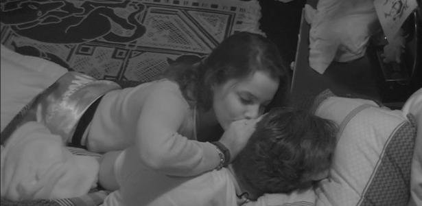 Emilly e Marcos conversam sobre sexo na casa