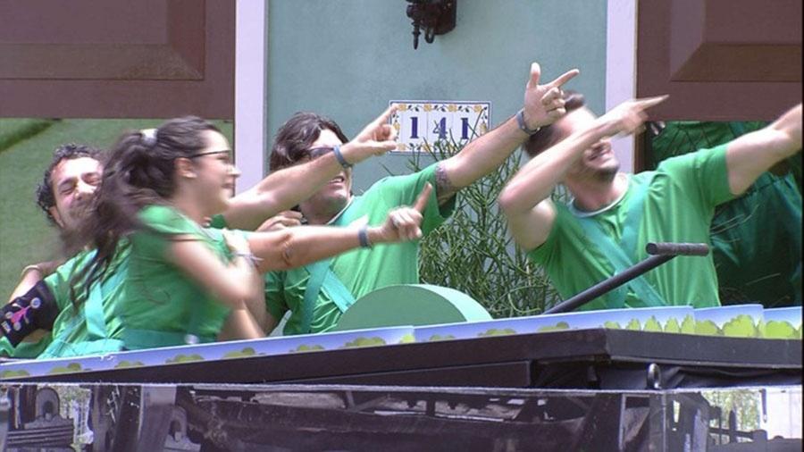 Equipe verde comemora gesto da vitória de Usain Bolt  - Reprodução/TVGlobo