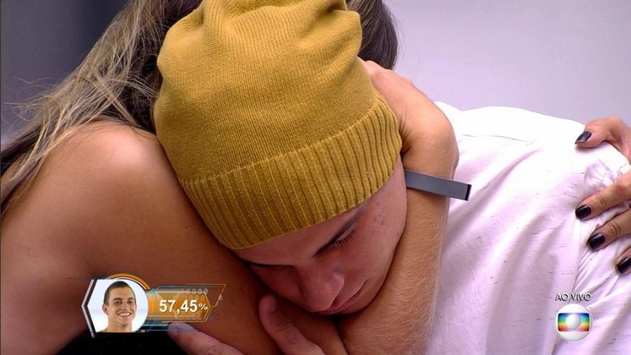 """Manoel e Vivian se abraçam após o brother ser eliminado do """"BBB17"""" - Reprodução/TV Globo"""