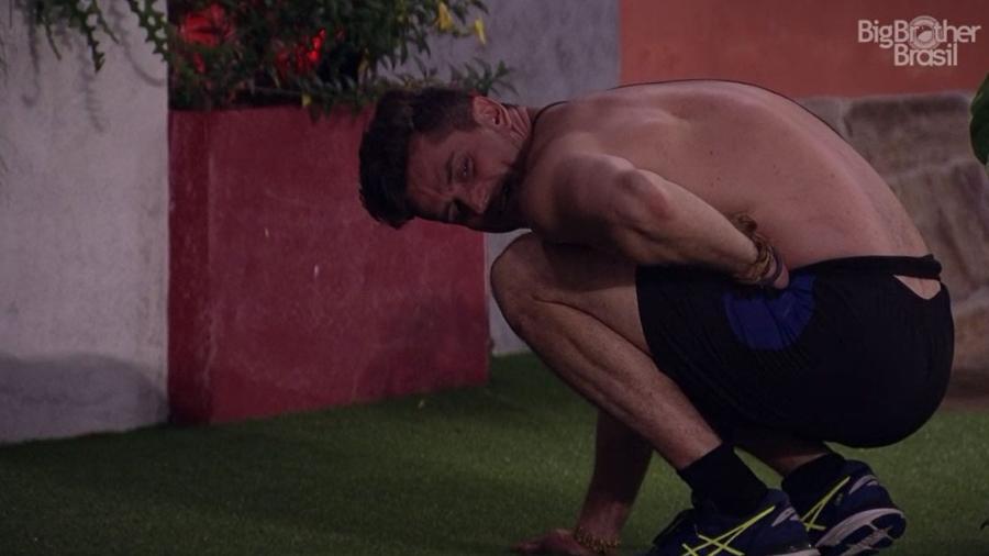 Marcos reclama que Emilly o chutou na barriga - Reprodução/TV Globo