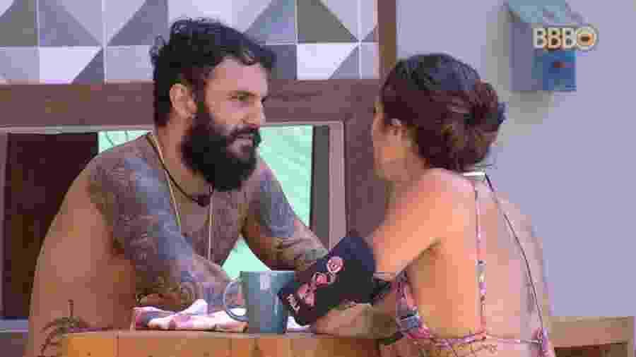 Wagner e Paula conversam na área externa - Reprodução/GlobosatPlay